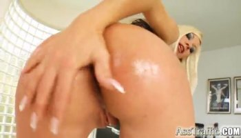 Milf getting a cumshot on her back after anal sex